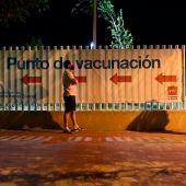 Varias personas esperan en los alrededores del Isabel Zendal para vacunarse.