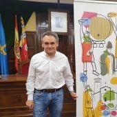 El alcalde con el cartel ganador