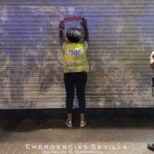 Agentes de la Policía precintan un bar en el centro de Sevilla