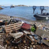 El servicio de limpieza en los puertos de Pitiusas retiran en seis meses más de 1.200 kilos de residuos