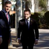 Pedro Sánchez conversa con Pere Aragonès