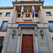 Vox pide a la Delegación del Gobierno y Ayuntamiento de Badajoz que retiren de sus edificios la bandera LGTBI