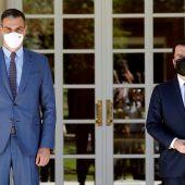 El presidente del Gobierno, Pedro Sánchez (i), recibe al presidente de la Generalitat, Pere Aragonès.