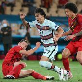 Joao Félix disputa un balón en el duelo de Portugal ante Bélgica