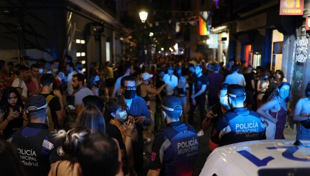 La Policía Nacional controla las calles del barrio madrileño de Chueca en el día del Orgullo LGTBI