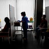 Profesionales sanitarias administran la vacuna contra la COVID-19.