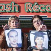 Familiares de las víctimas posan con sus fotografías
