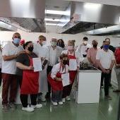 Durante la entrega de certificados de profesionalidad del primer curso de Operaciones Básicas de Cocina