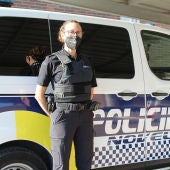 Agente de la Policía Local de Novelda con uno de los chalecos antibalas adquiridos.