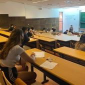 Alumnos realizando los exámenes de las PAU.