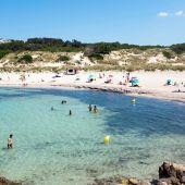 Turistas y bañistas en la playa de Son Parc
