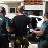 Agentes de la Guardia Civil deteniendo al autor del delito