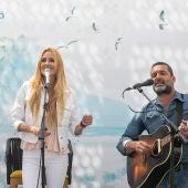 """Los cantantes Carolina Cerezuela y Jaime Anglada ponen la banda sonora a la nueva campaña de Barceló Hotel Group """"Viajar me hace feliz"""", versionando la mítica canción Felicitá de Romina y Albano."""