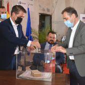 El presidente de la Diputación de Albacete ha participado este martes en la colocación de la primera piedra de La Posada del Sol de la localidad