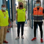 Una treintena de voluntarios de diversas ONG torrevejenses colaboran en el proceso de vacunación