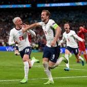 Harry Kane celebra un gol con Foden