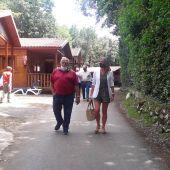 La viceconsejera durante la visita al camping Ribadesella