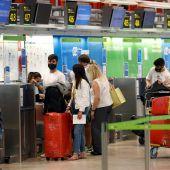 Pasajeros en el aeropuerto de Madrid Adolfo Suárez Barajas