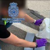 La Policía Nacional detiene en Elche a un hombre con más de cuatro kilos de cocaína ocultos en el coche.