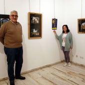 Mayte y Laureano inaugurando la exposición fotográfica sobre el Camino de Santiago