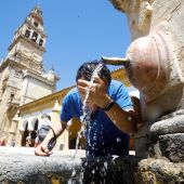 Un joven se refresca en una fuente céntrica de Córdoba debido a las altas temperaturas registradas
