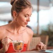 Más del 90% de los españoles come a diario delante de una pantalla