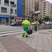 Un operario del servicio de limpieza en Oviedo