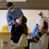 Profesionales sanitarios realizan test de coronavirus en la Universidad Autónoma de Barcelona