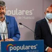 Gerardo Oliván y Juan Carlos Gracia en la sede provincial del PP Huesca