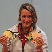 La nadadora Mireia Belmonte posando con sus medallas de oro de Río 2016.