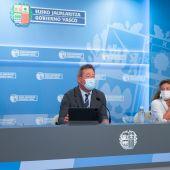 El portavoz del Gobierno Vasco, Bingen Zupiria (c), la consejera de Salud, Gotzone Sagardui (d), y la de Desarrollo Económico, Sostenibilidad y Medio Ambiente, Arantxa Tapia