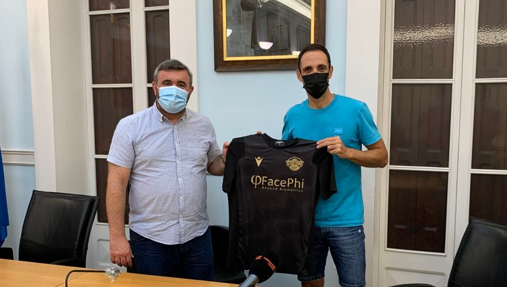 José Manuel Penalva, alcalde de Crevillent, y Juanfran Torres presentan la camiseta del Intercity Crevillent Futsal.