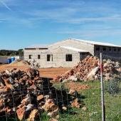 La construcción del agroturismo sigue provocando las quejas de los ecologistas.