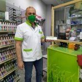 Luis Astray muestra un test de antígenos de autodiagnóstico de COVID-19 en la farmacia Presedo - Le Senne de Palma.