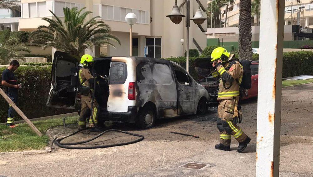 Los efectivos del SPEIS con el vehículo afectado