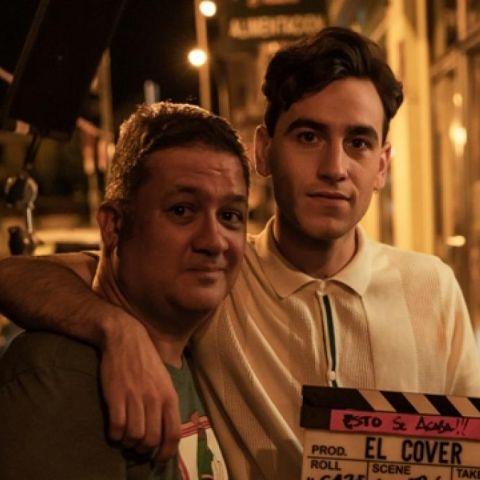Secun de la Rosa y Àlex Monner, durante el rodaje de la película 'El cover'