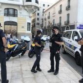 Agente de la Policía Local en la Explanada, junto a la Plaza del Mar
