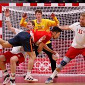 El español Álex Dujshebaev intenta lanzar a portería ante los noruegos Magnus Gullerud y Petter Oeberby