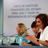 La ministra de Hacienda, María Jesús Montero, junto con la portavoz Isabel Rodríguez y la ministra Nadia Calviño