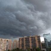 Abundante nubosidad sobre Alicante, momentos antes de la tormenta
