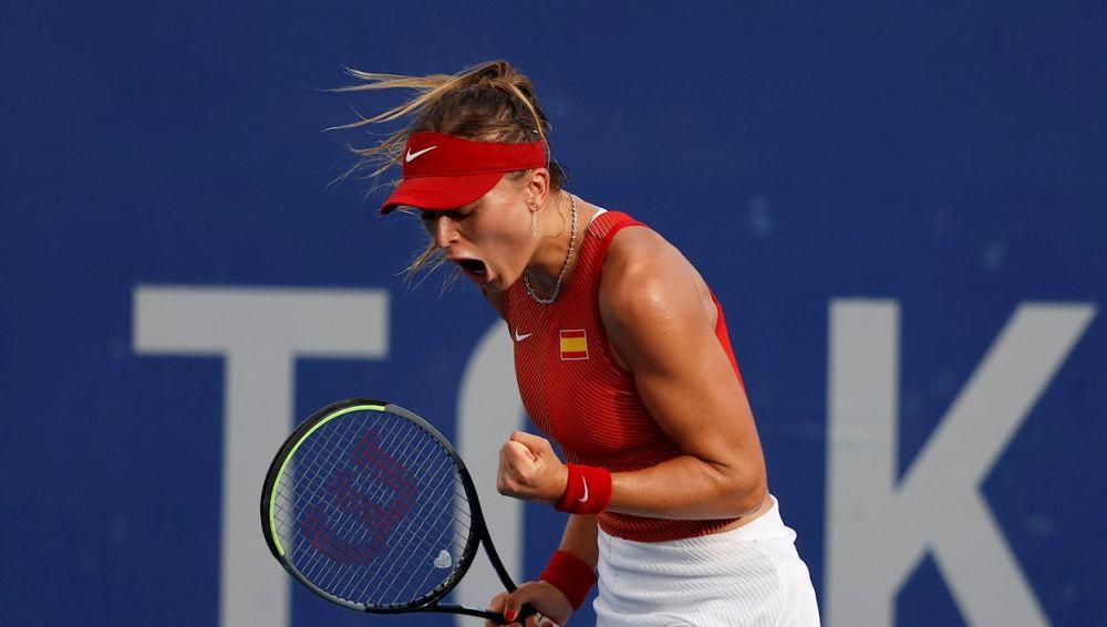 La española Paula Badosa celebra su victoria ante la argentina Nadia Podoroska en la tercera ronda femenina de tenis en los Juegos Olímpicos 2020