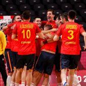 Los jugadores de España celebran su victoria ante Noruega tras el partido de balonmano del grupo A
