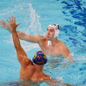 El español Felipe Perrone defiende al serbio Stefan Mitrovic durante las semifinales de waterpolo masculino entre Serbia y España