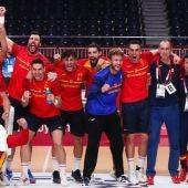 Los jugadores españoles de balonmano celebran la medalla