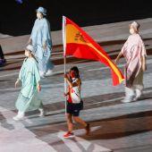 La abanderada española, la karateca Sandra Sánchez (c), ondea la bandera de España durante la ceremonia de clausura de los Juegos Olímpicos 2020, este domingo en el Estadio Nacional de Tokio (Japón).