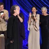 Frances McDormand aúlla sobre el escenario de los Oscar 2021, en los que venció 'Nomadland'