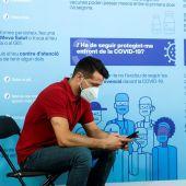 Un joven consulta su móvil tras ser vacunado en el centro de vacunación masivo de la Fira de Barcelona.