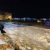 Una repentina subida de la marea inunda el paseo marítimo, causa daños a la flota pesquera y deja barcos a la deriva