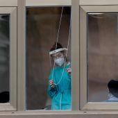 Una trabajadora de una residencia de ancianos de Zarautz observa desde una ventana