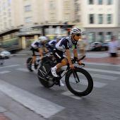 Varios ciclistas entrenan este viernes por las calles de Burgos, en la víspera de la primera etapa de la 76 edición de la Vuelta a España.